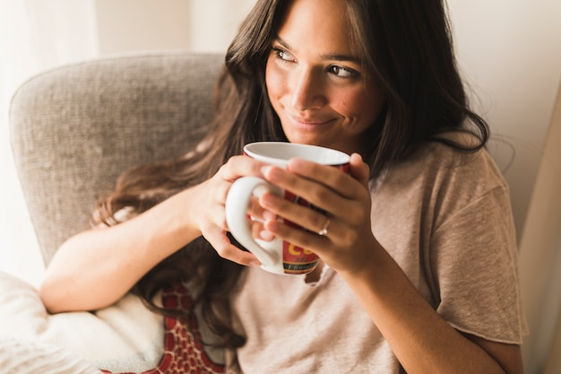 Lächelnde jugendliche, die kaffeetasse hält