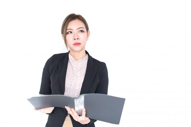 Lächelnde junge asiatische geschäftsfrau-holdingdatei getrennt auf weiß