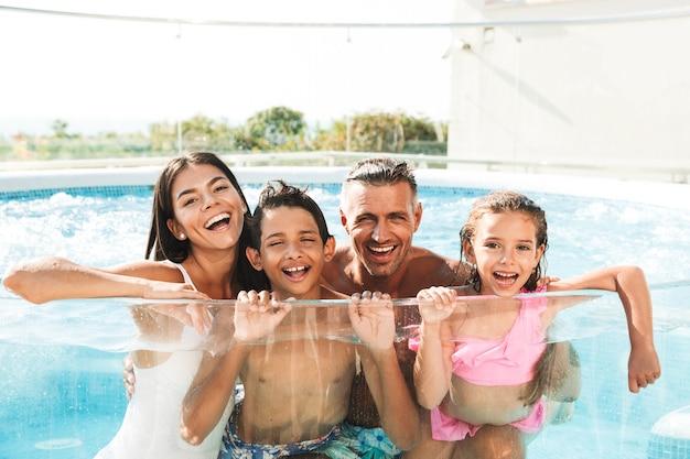 Lächelnde junge familie, die spaß hat