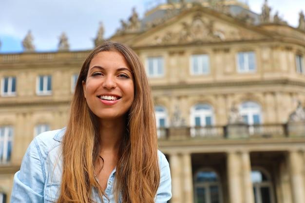 Lächelnde junge frau in stuttgart, deutschland