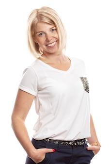 Lächelnde junge frau mit sommersprossen auf ihrem gesicht. isoliert auf weißem hintergrund vertikale.