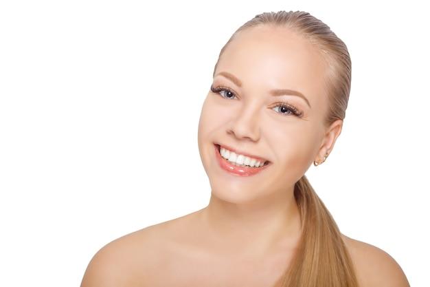 Lächelnde junge skandinavische frau nach wimpernverlängerungsverfahren. frauenaugen mit langen wimpern. wimpern. isoliert.