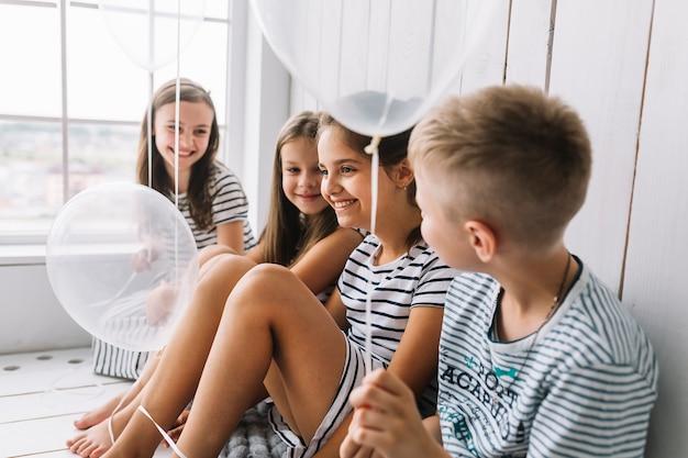 Lächelnde kinder mit ballonen