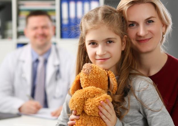 Lächelnde kleine kindermedizin und arzt