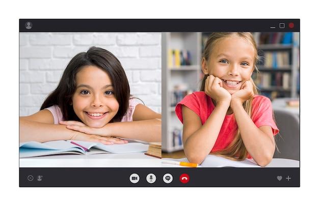 Lächelnde mädchen, die durch videoanruf sprechen