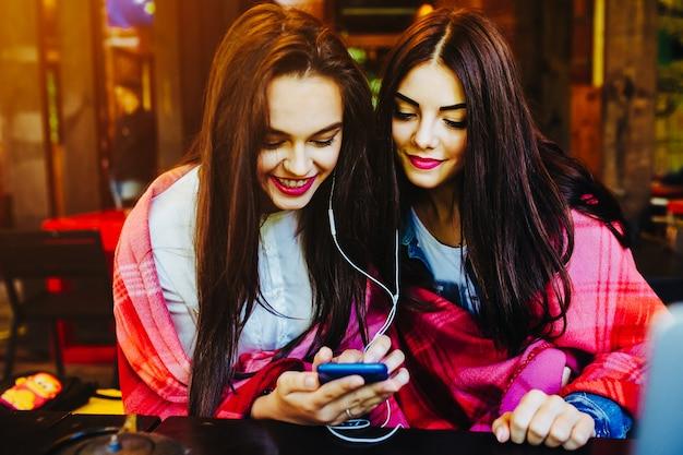 Lächelnde mädchen, die musik hören