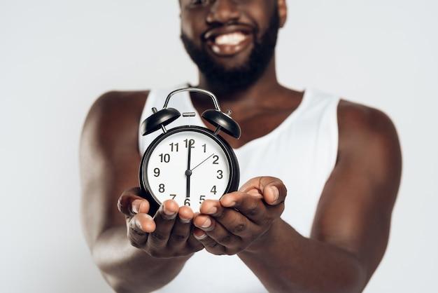 Lächelnde mannaufstellung des afroamerikaners.