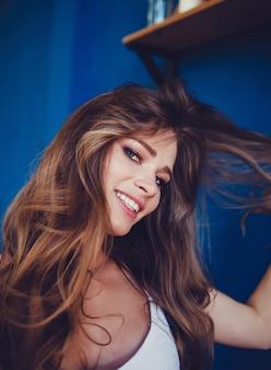 Lächelnde nette frau, die selfie foto macht