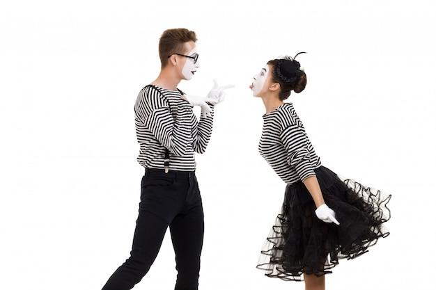 Lächelnde pantomimen in gestreiften hemden.