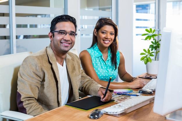 Lächelnde partner, die zusammen an analog-digital wandler arbeiten