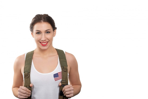 Lächelnde recht junge frau kleidete in der amerikanischen militäruniform an