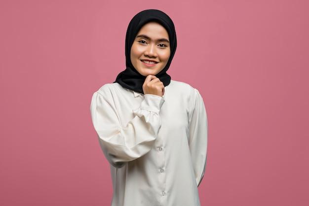 Lächelnde schöne asiatische frau, die ein weißes hemd trägt