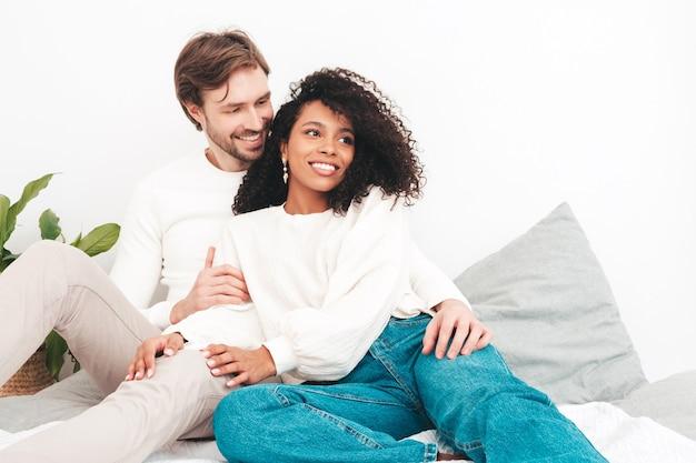 Lächelnde schöne frau und ihr hübscher freund. glückliche fröhliche gemischtrassige familie mit zarten momenten