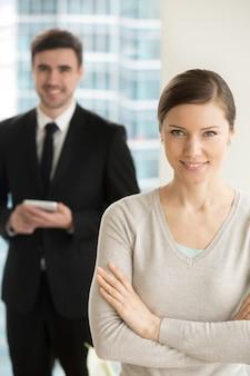 Lächelnde schöne geschäftsfrau, die kamera betrachtet