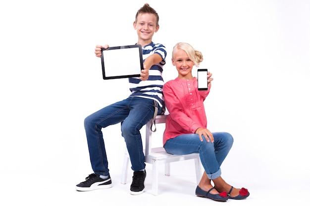 Lächelnde schüler lernen die welt kennen und kommunizieren