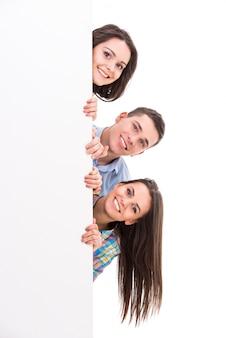 Lächelnde studenten stehen