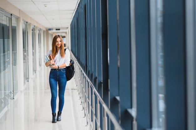 Lächelnde studentin, die ihre zukunft durch regelmäßige vorlesungen verbessert