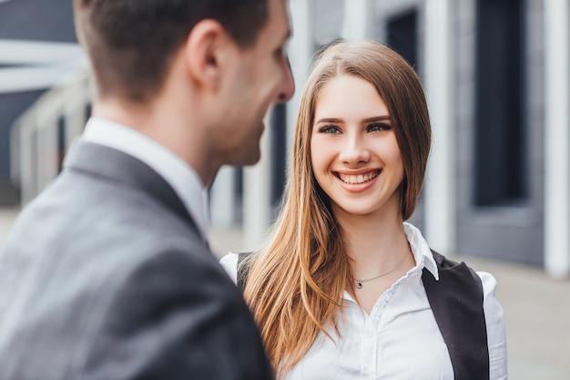 Lächelnde unternehmerin mit fröhlichen emotionen, bleib bei ihrer freundin!