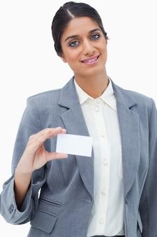 Lächelnde verkäuferin, die ihre leere visitenkarte zeigt