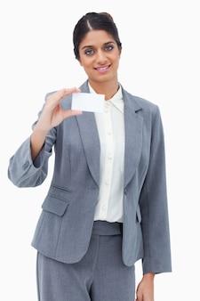 Lächelnde verkäuferin, die leere visitenkarte darstellt