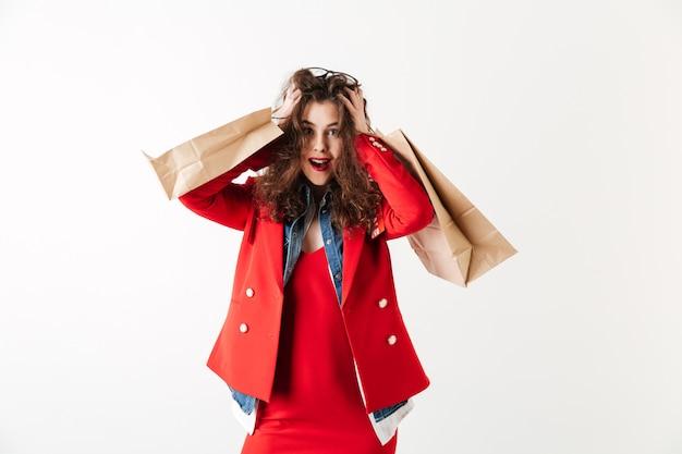 Lächelnde verkaufsfrau, die einkaufstaschen hält
