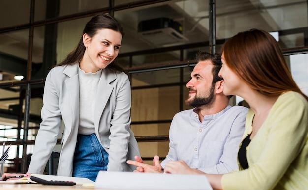 Lächelnde wirtschaftler, die im büro zusammenarbeiten