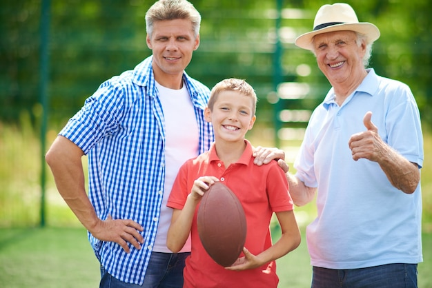 Lächelnden älteren rugby sohn jung
