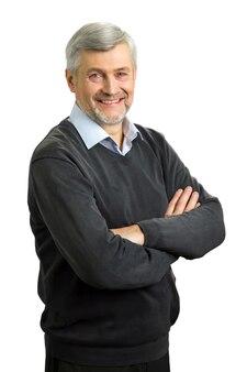 Lächelnder älterer mann mit verschränkten armen
