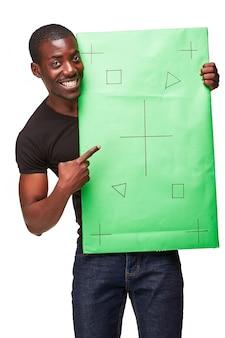 Lächelnder afrikanischer mann als schwarzer geschäftsmann mit grüner tafel