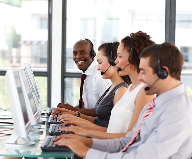 Lächelnder afro-amerikanischer geschäftsmann in einem call-center