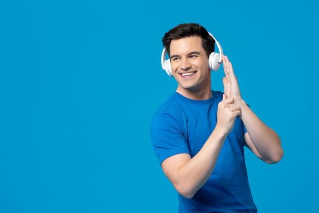 Lächelnder amerikanischer mann, der musik hört