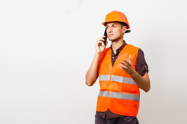 Lächelnder arbeiter in schutzuniform und schutzhelm isoliert auf weiß