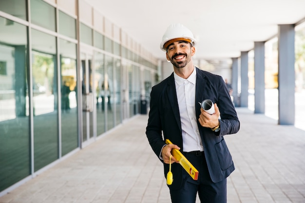 Lächelnder architekt mit helm