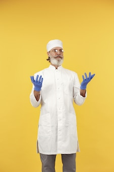 Lächelnder arzt in gläsern. isoliert. mann in blauen handschuhen.