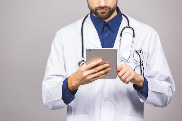 Lächelnder arzt mit einem tablet-computer