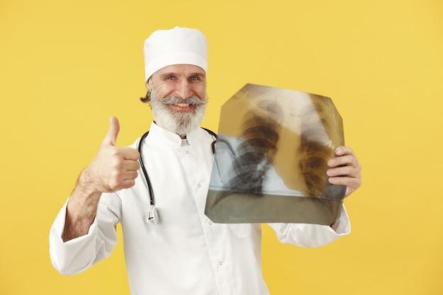 Lächelnder arzt mit röntgenergebnissen. isoliert.
