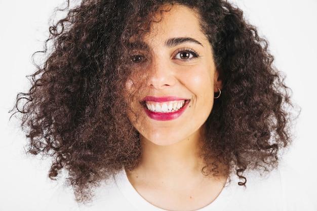 Lächelnder brunette, der kamera betrachtet