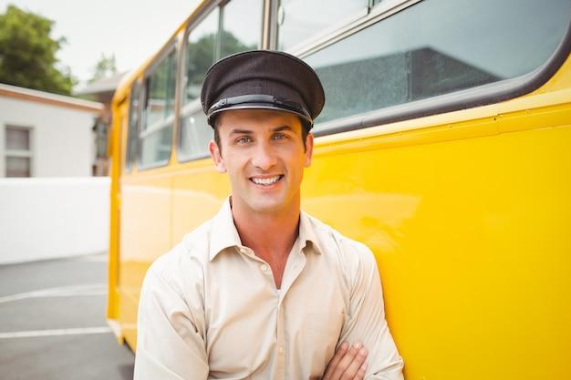 Lächelnder busfahrer, der kamera betrachtet