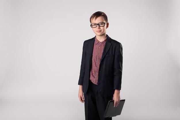 Lächelnder business-kind-chef mit laptop in den händen