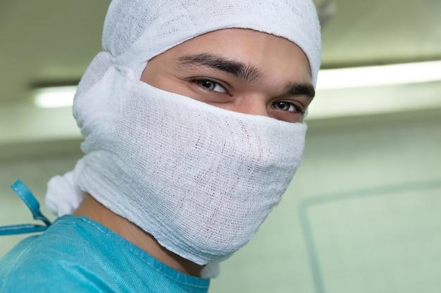 Lächelnder doktor im operationssaal.
