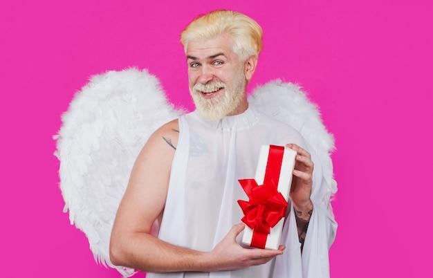 Lächelnder engel mit flügeln mit geschenk. amor mit geschenkbox. valentinstag.