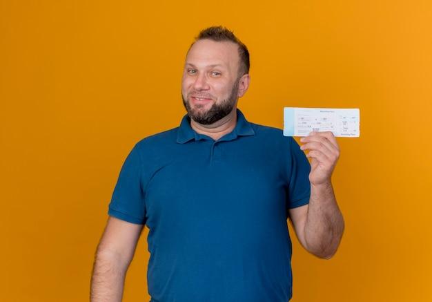 Lächelnder erwachsener slawischer mann, der reiseticket sucht
