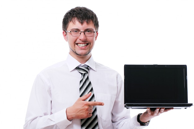 Lächelnder geschäftsmann, der auf die laptopanzeige zeigt