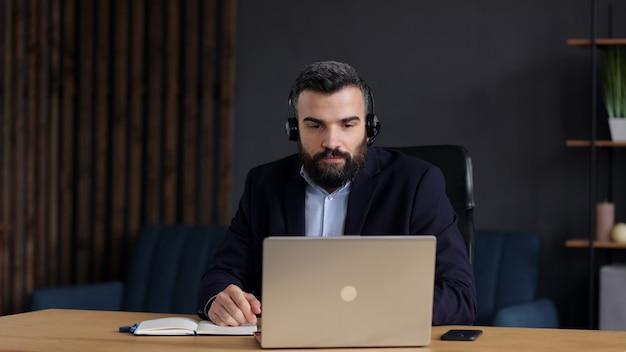 Lächelnder geschäftsmann, der laptop für online-besprechung, videoanruf, videokonferenz verwendet.