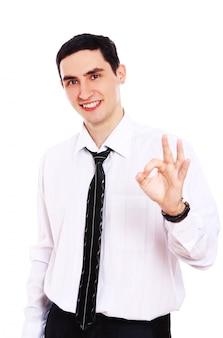 Lächelnder geschäftsmann, der ok-zeichen zeigt