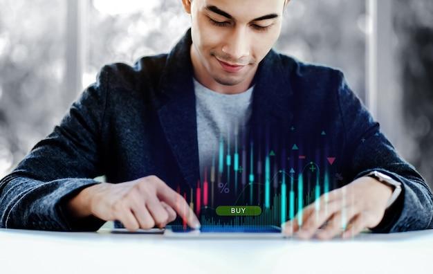 Lächelnder geschäftsmann mit digitalem tablet zum kauf und verkauf für den aktienmarkt auf der globalen börsenplattform. online-investitionen. lebensstil moderner menschen