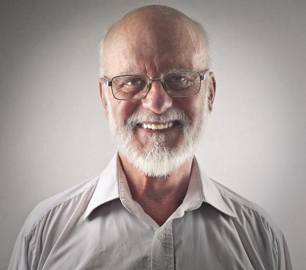 Lächelnder glücklicher älterer mann