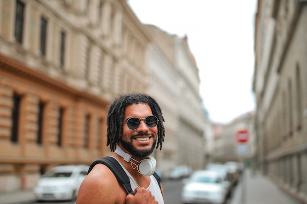 Lächelnder glücklicher afromann