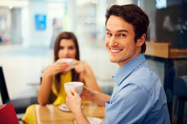 Lächelnder gutaussehender mann bei einer besprechung