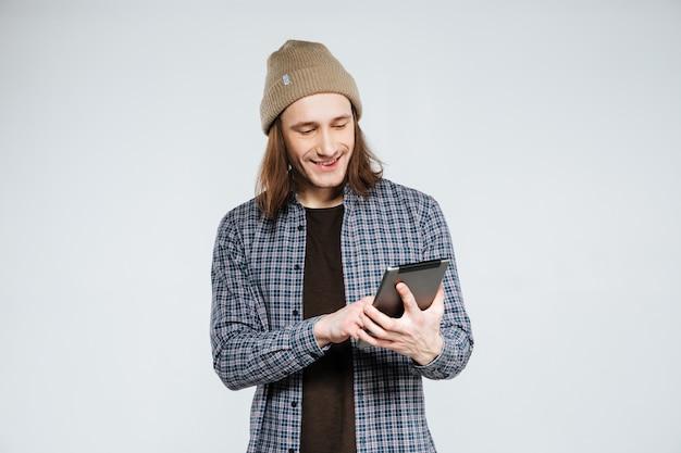 Lächelnder hipster mit tablet-computer